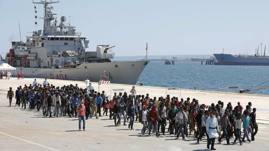 Imigrantes resgatados no Mar Mediterrâneo desembarcam no Porto de Augusta, no sul da Itália. Foto: Antonio Parrinello/Reuters